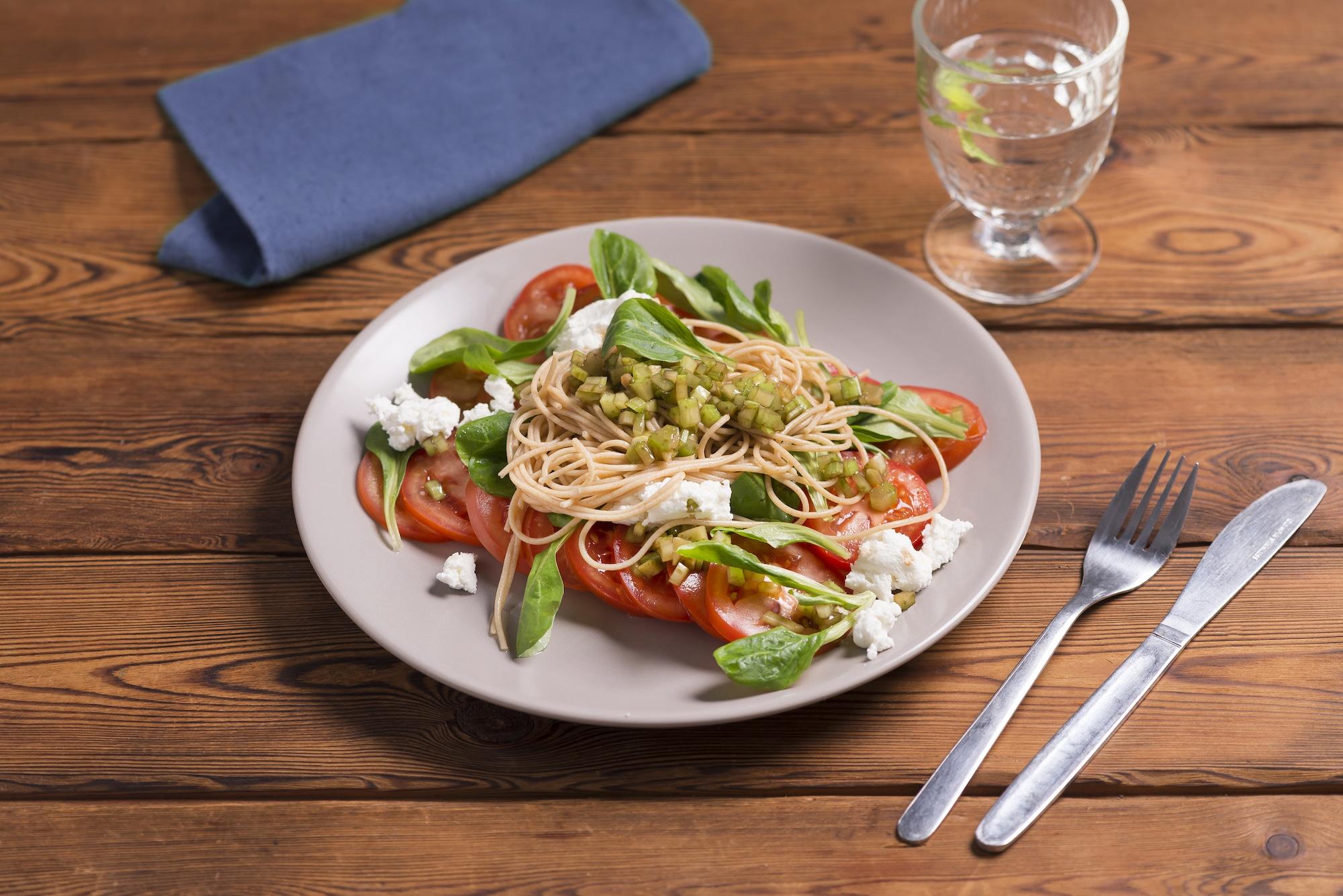 Volkoren capellini met tomaat, geitenkaas en groene selder